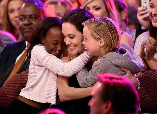 Биологическая мать дочери Анджелины Джоли и Брэда Питта хочет общаться с ребенком