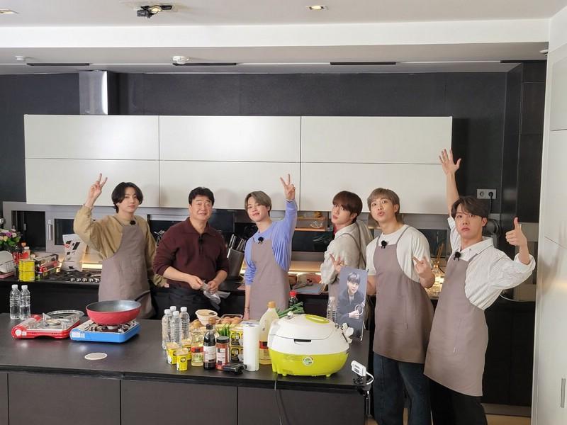 BTS готовят на кухне 2021