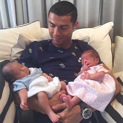 Криштиану Роналду опубликовал первое фото новорожденных близнецов